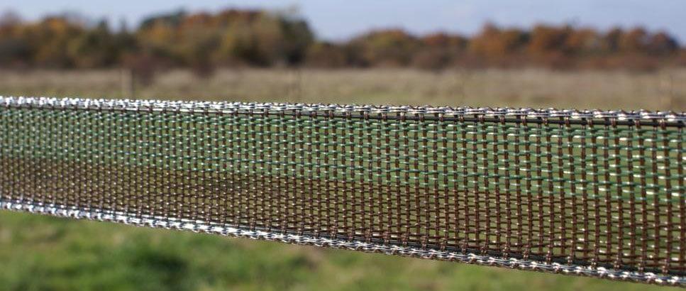 Le large ruban de clôture électrique que nous posons maintenant.